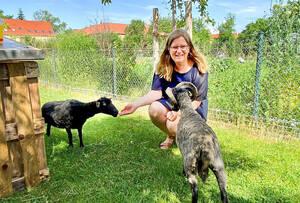 Heike Schmitt-Schmelz mit den Schafen Bella und Böckchen. Foto: Plath / BACW