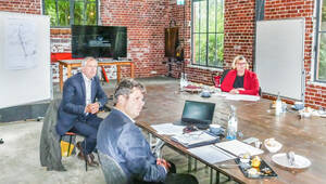 Von links nach rechts: Matthias von Popowski, Complan Kommunalberatung; Guido Schütte, Leiter der Projektentwicklung Berlin (Marienpark); Bezirksbürgermeisterin Angelika Schöttler. Foto: Martina Marijnissen