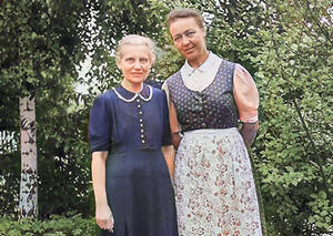 Charlotte Friedenthal und Maria Gerhard im Garten, ca. 1950. Foto: Privat
