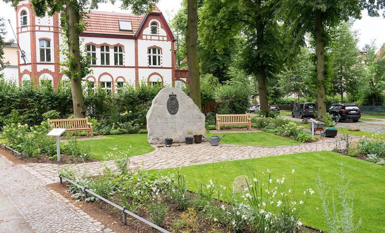 Runderneuert: Der Paulinenplatz mit blühenden Pflanzen, Bänken, neuer Pflasterung und Info-Tafeln.