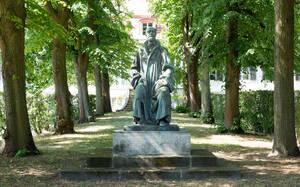 Skulptur im Vorgarten des Archivs der Max-Planck-Gesellschaft in Dahlem.