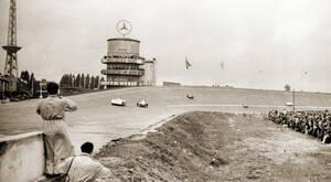 Hunderttausende Motorsportfans säumten ab 1951 den Fahrbahnrand der AVUS, um Sportwagen, Motorrädern und der Formel 1 zuzujubeln. Archiv Ulf Schulz / AVUS100