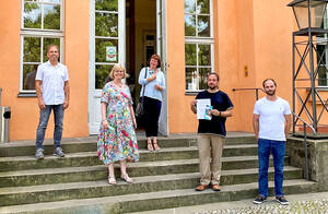 Nach der Vertragsunterzeichnung im Wrangel-Schlösschen:. M. Kühnert, (Bezirksamt Steglitz-Zehlendorf; Bezirksbürgermeisterin C.Richter-Kotowski, Bezirksstadträtin C.Böhm, F.-J. Schmitt und P.Hätti, Initiative für Hochbegabung e.V. InfHo (v.l.n.r.). Fo
