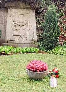 Von offizieller Seite unvergessen – Blumen und Gebinde auf dem Ehrengrab von Emil Fischer. Foto: Professor Peter Koeppe