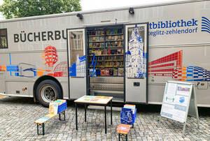 Ausleihe vor dem Bücherbus. Foto: Stadtbibliothek Steglitz-Zehlendorf