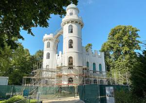 Das Schloss auf der Pfaueninsel wird eingerüstet. Foto: SPSG/Max Daiber