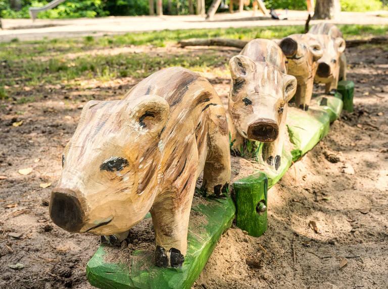 Niedlich und garantiert harmlos: Neugierig blickende Frischlinge aus Holz.