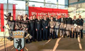 Kameraden der Berufsfeuerwehr und der neuen Freiwilligen Feuerwehr von Charlottenburg-Nord.