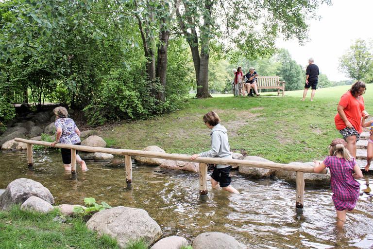 Wassertreten für Groß und Klein im Britzer Garten. Foto: Kneipp-Verein Berlin
