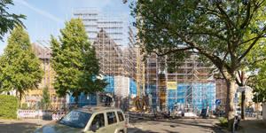 An der stark sanierungsbedürftigen Fichtenberg-Oberschule sind die Sanierungsarbeiten im vollen Gange.