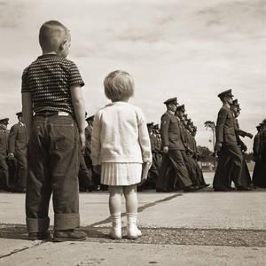 Soldatenkinder während einer Militärparade, Luftstützpunkt Landstuhl, 1954, AlliiertenMuseum, Sammlung Provan. © US Army