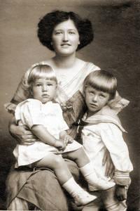 Lucie Strewe in Shanghai mit ihren Söhnen Elmar (li.) und Odo um 1914. Foto: Sunni Strewe / Lucie-Strewe-Stiftung