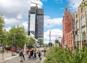 Reizvolle Bautenvielfalt an der Schloßstraße: Historisches Rathaus und vielversprechender Kreisel.