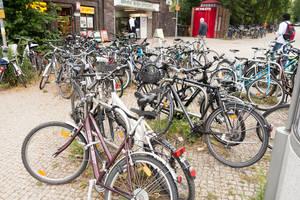 Fahrräder am S-Bahnhof Zehlendorf.