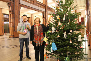 """Wunschbaum mit Bezirksbürgermeisterin Angelika Schöttler und dem Vorsitzenden des Vereins """"Schenk doch mal ein Lächeln"""" HerrnFayezGilke. Foto: BA"""