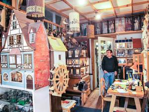 Das Miniatur-Dorf Neu Gülze umgibt Günter Hoffmann.