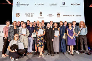 Bezirksbürgermeisterin Angelika Schöttler mit allen Teilnehmern, dem Lette Verein, Schindler und den Sponsoren. Foto: Kolja Eckert/Victor Heekeren