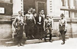Erich Schulz, KPD-Mitglied, wird von SA-Männern in Neuruppin abgeführt, 19.September 1933. Foto: Bundesarchiv