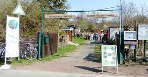 Das Tor zur Naturschutzstation. Dahinter gibt es für große und kleine Naturfreunde viel zu entdecken. Foto: Thomas Moser