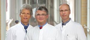 Dr.Michael Barker (links), Chefarzt Professor Dr. med. Torsten Bauer (Mitte) und Chefarzt Professor Dr. med. Joachim Pfannschmidt (rechts).