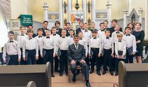 "Knabenchor ""Kamerton Volgograd"" mit Serge Lopatin. Foto: Gisela Krehnke"