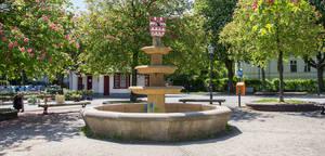 Brunnen mit Wappen von Steglitz, Lichterfelde und Lankwitz auf dem  Ludwig-Beck-Platz von Hartmut Breuer.
