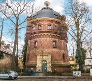 Der Wasserturm in der Deutschen Bauzeitung vom 9.April 1887 und heutige Wetterturm auf dem Fichtenberg.