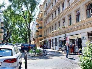 Wohnhäuser mit kleinen Läden bestimmen das Bild der Nehringstraße.
