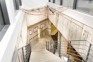 Eine Treppe führt zur Kultur im Bunker.