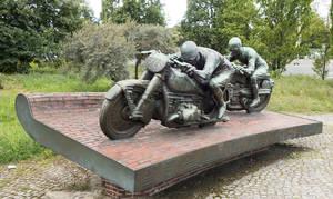 Das 1939 von Max Esser geschaffene Motorradfahrer-Denkmal steht an der früheren Nordkurve.