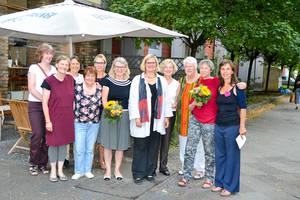 Bezirksbürgermeisterin Angelika Schöttler (5. von rechts) auf dem Sommerfest der Unternehmerinnen. Foto: Wirtschaftsförderung