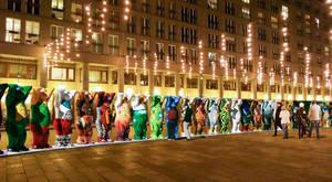 Vom 1. Dezember 2017 bis zum 4. Januar 2018 auf dem Charlottenburger Walter-Benjamin-Platz zu sehen: 140 United Buddy Bears. Fotomontage Herlitz Buddy Bear