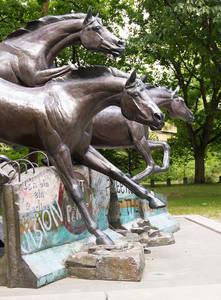 Mauerfall einmal anders: Veryl Goodnight's Skulptur an der Clayallee lässt Pferde über die Mauerreste springen.