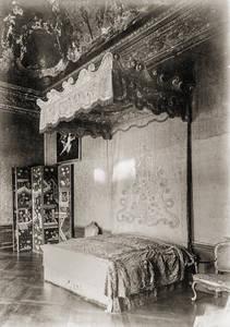 Das Paradebett vor 1888 an seinem ursprünglichen Aufstellungsort im Staatsappartement König FriedrichsI. im Schloss Charlottenburg. Archiv: SPSG