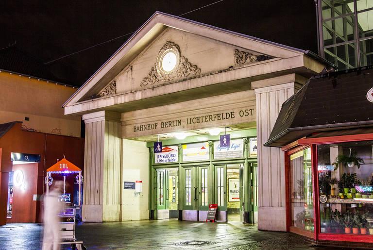 Das Bahnhofsgebäude wurde von Carstenn vorsichtshalber so konstruiert, dass es auch als Scheune nutzbar gewesen wäre.