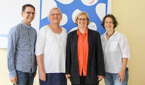 """Von links: Jörg Steinert (Geschäftsführer LSVD), Svetlana Linberg (Queer-Beauftragt""""), Bezirksbürgermeisterin Angelika Schöttler und Constanze Körner ( Leiterin des Regenbogenfamilienzentrums). Foto: BA"""