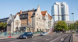 Der denkmalgeschützte Zugang zur S-Bahn mit dem BfA-Gebäude im Hintergrund.
