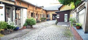 Kunst- und Gewerbehof mit Remise.