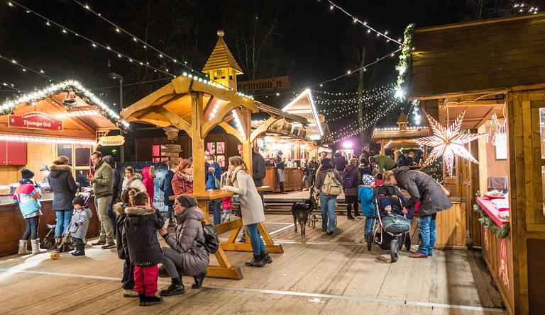 Mit festlichem Schmuck und gemütlichen Holzhäuschen präsentiert sich der Weihnachtsmarkt besonders stimmungsvoll.