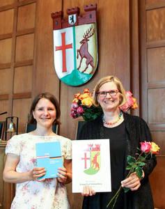 Bezirksbürgermeisterin Angelika Schöttler (rechts) und Integrationsbeauftragte Dr.Lisa Rüter bei der Einbürgerungsfeier. Foto: Bezirksamt Tempelhof-Schöneberg