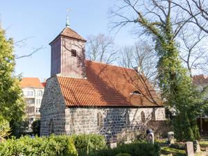Die Dorfkirche dürfte das älteste noch erhaltene Gebäude in Schmargendorf sein.