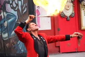Straßenkünstler Gilbert fasziniert mit seiner Show. Foto: Andre Ballin