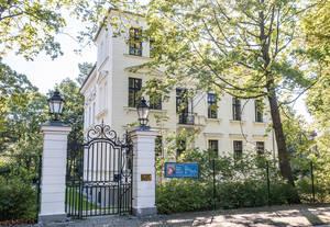 Carl Goetze erwarb die Villa in der Grabertstraße4 als Wohnsitz. Heute befindet sich hier die Musikschule.