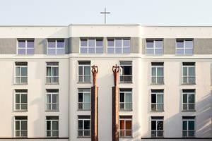 Das neue Kreuz auf dem Dach des Martin-Luther-Krankenhauses. Foto: Christina Stivali / Martin-Luther-Krankenhaus