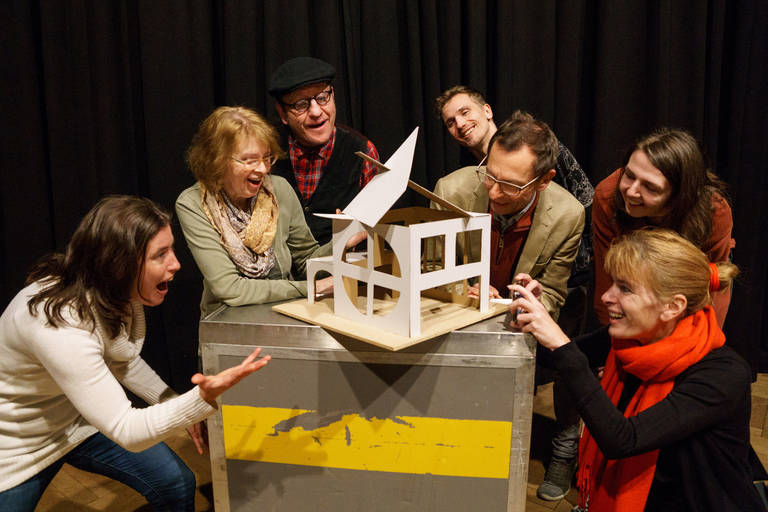 Die Mitglieder der Baugemeinschaft freuen sich über das Modell ihres Traumhauses. Foto: Frederik Ahlgrimm