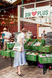 Einkauf in der SIRPLUS-Filiale Markthalle Neun. Foto: SIRPLUS