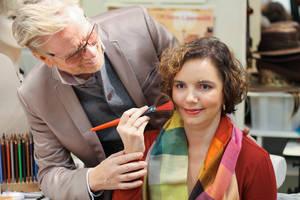 René Koch hilft Hannah dabei, wie und wo sie in ihrem Gesicht Rouge platzieren soll. Die studierte Sprachwissenschaftlerin ist von Geburt an blind und wünscht sich für ihren Berufsalltag ein typgerechtes Make-up. Foto: Dieter Stadler