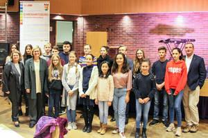 Bezirksbürgermeisterin Schöttler und die ausgezeichneten Mitglieder des Jugendparlamentes bei der Verleihung des Jugenkompetenzpasses 2018. Foto: BA
