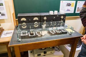 Die Versuchsanordnung zeit den instrumentellen Aufbau, der 1938 zur Enteckung der Uranspaltung durch Otto Hahn, Lise Meitner und Fritz Strassmann führte.