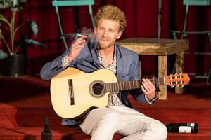 """Johannes Hallervorden – auch musikalisch unterwegs in """"Der letzte Raucher"""". Foto: DERDEHMEL/Urbschat"""